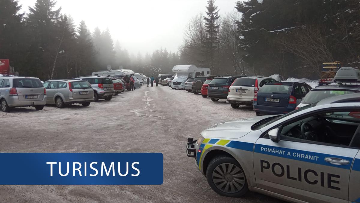 Orlické hory o víkendu zaplavily stovky turistů. Policie regulovala dopravu!