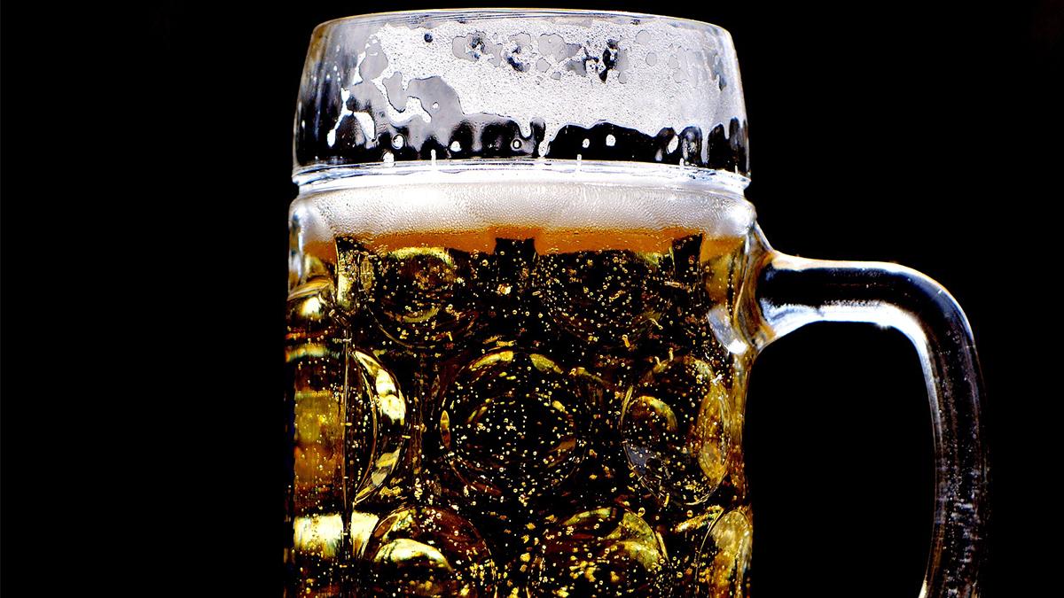 Pít nebo pít, to je ta otázka. Je alkohol tichý zabiják nebo dobrý společník?