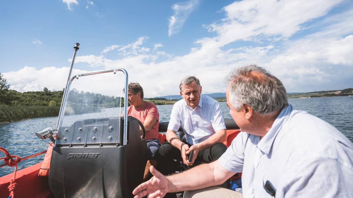 """Senátor Čunek zakusil plavbu po jezeře Most. """"Jednou bych se tu chtěl potápět"""""""
