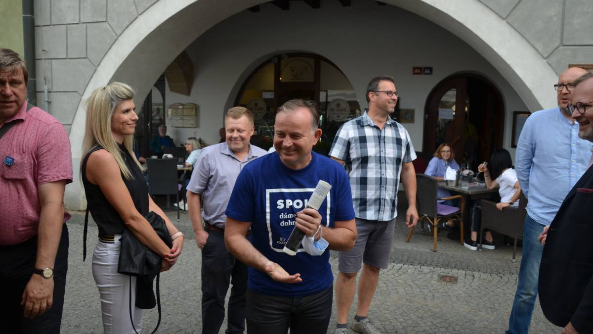 Hnutí ANO stoupá, mezi vyzyvateli je nejvýraznější koalice SPOLU. Za měsíc se rozjedou televizní spoty