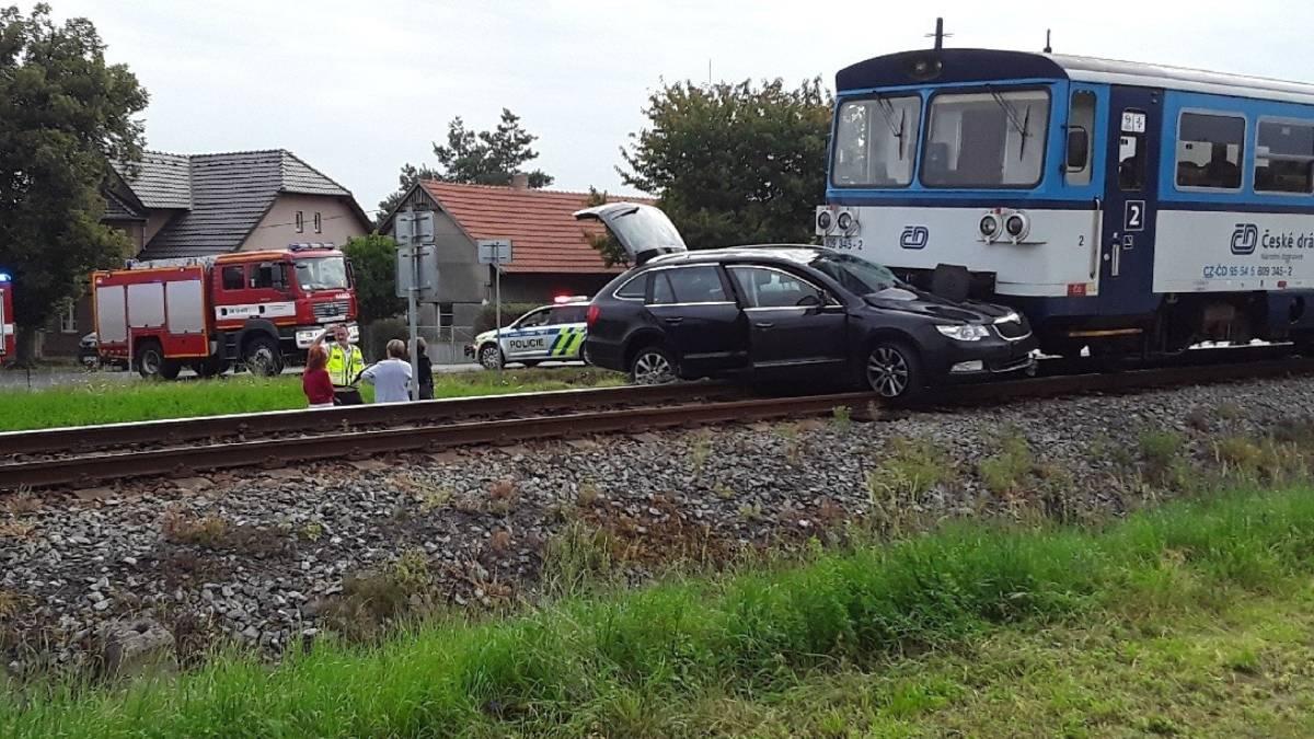 OBRAZEM: u srážky automobilu s vlakem zasahují složky integrovaného systému
